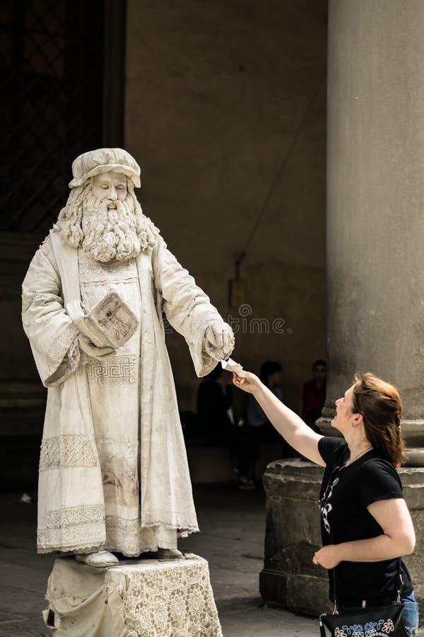 佛罗伦萨,意大利- 2018年4月23日, :列奥纳多・达・芬奇生存雕象  库存图片