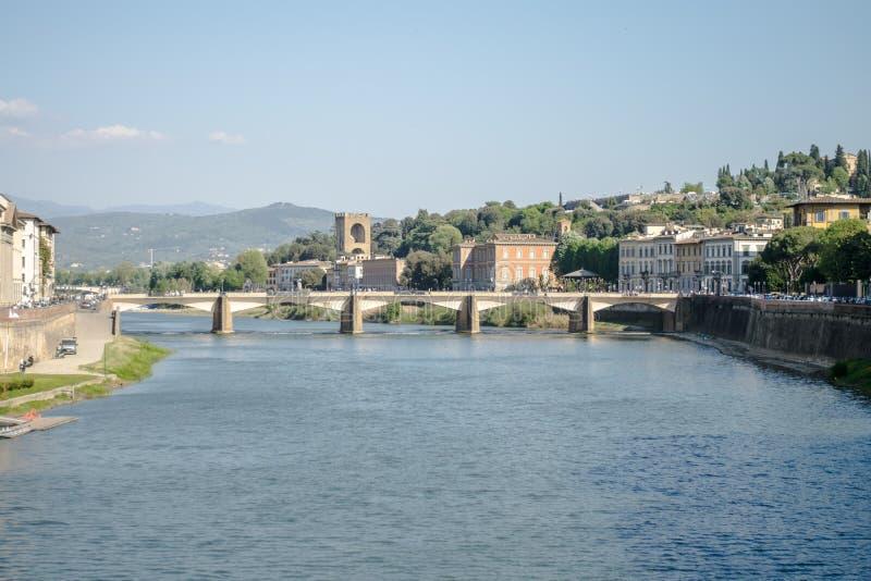 佛罗伦萨,意大利- 2018年4月22日, :在一座桥梁的看法在有山的亚诺河河在背景 免版税图库摄影