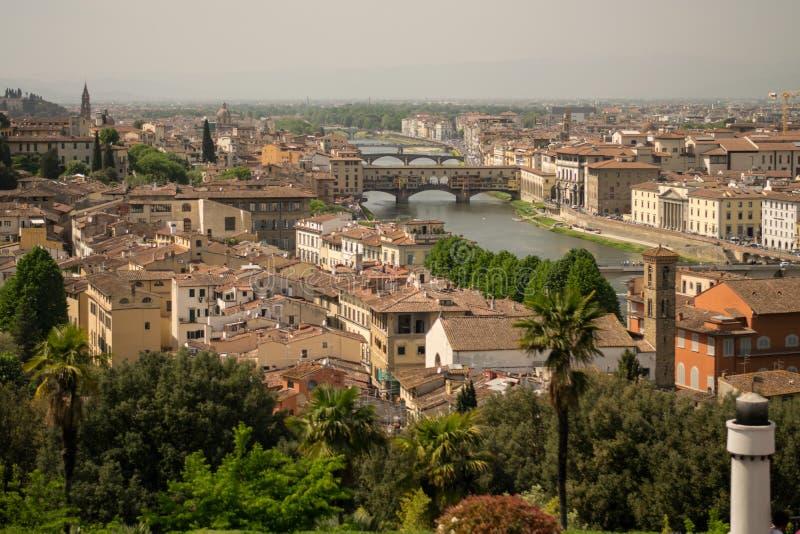 佛罗伦萨,意大利- 2018年4月24日, :在屋顶和brindges的看法在佛罗伦萨,意大利亚诺河河  库存图片