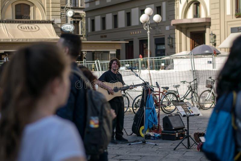 佛罗伦萨,意大利- 2018年4月22日, :广场della的弹吉他的Repubblica街道音乐家 免版税库存图片