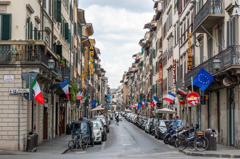 佛罗伦萨,意大利- 2019年7月13日:走的佛罗伦萨老镇街道 狭窄的街道看法有窗口快门的和古板 库存照片