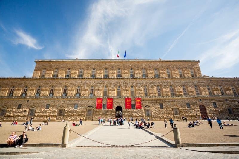 佛罗伦萨,意大利- 2018年4月6日:Pitti宫殿和正方形 旅游放置在阳光下 库存图片