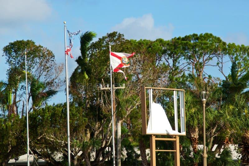 佛罗里达和美国旗子遗骸在飓风以后的 免版税库存图片