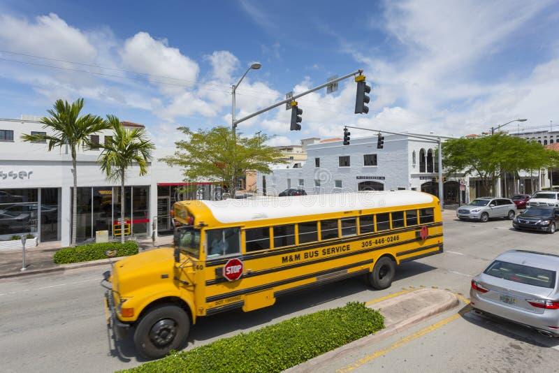 佛罗里达州迈阿密珊瑚山街黄色校车 免版税库存图片