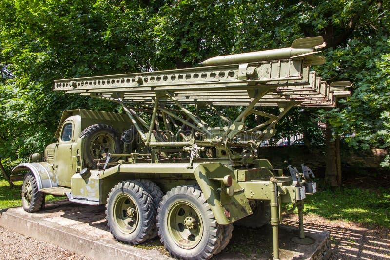作为一个军用火箭发射器适应的老汽车站立在平方 免版税图库摄影