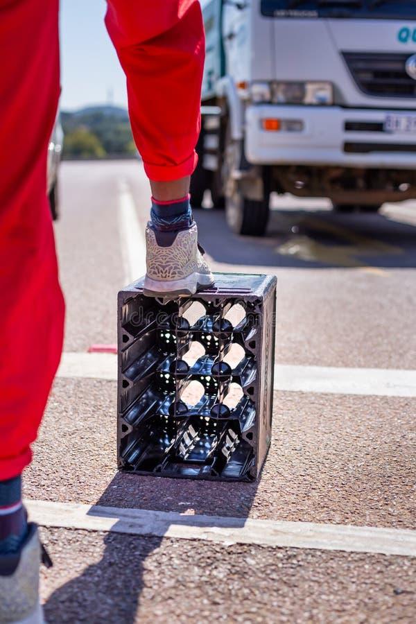 作为一个有敲击特征的支柱使用的啤酒条板箱在街道跳舞 免版税库存照片
