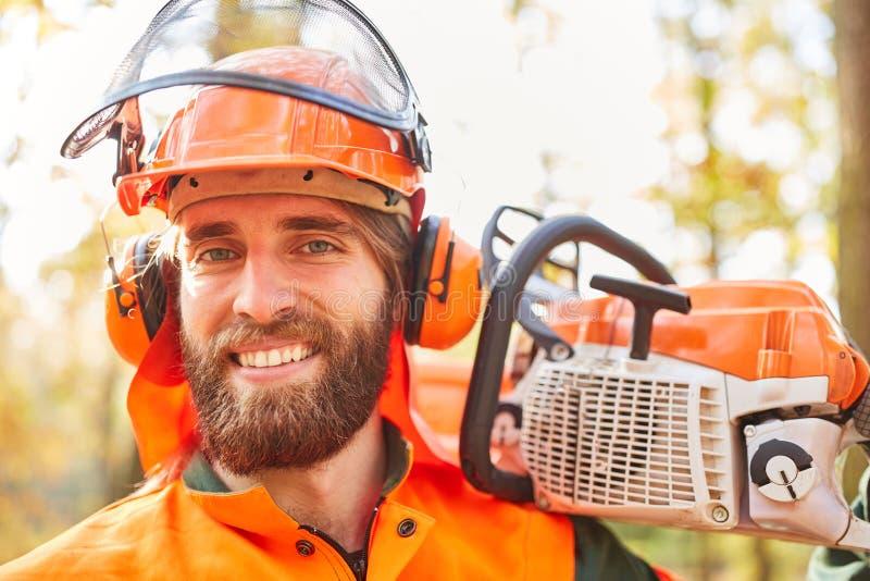 作为一名满意的伐木工人的微笑的人 免版税库存图片