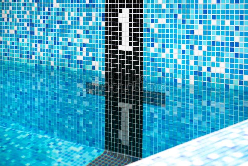 作为一条游泳的道路的数字的图一在水池的 由马赛克做 免版税库存照片