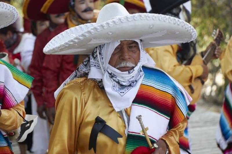 作为与军号的墨西哥流浪乐队假装的年长人在一个狂欢节期间在墨西哥 图库摄影