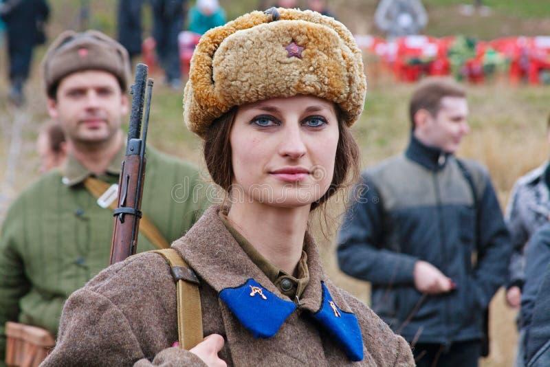 作为二战的俄国苏联士兵穿戴的女演员画象在军事历史重建的在伏尔加格勒 免版税库存照片