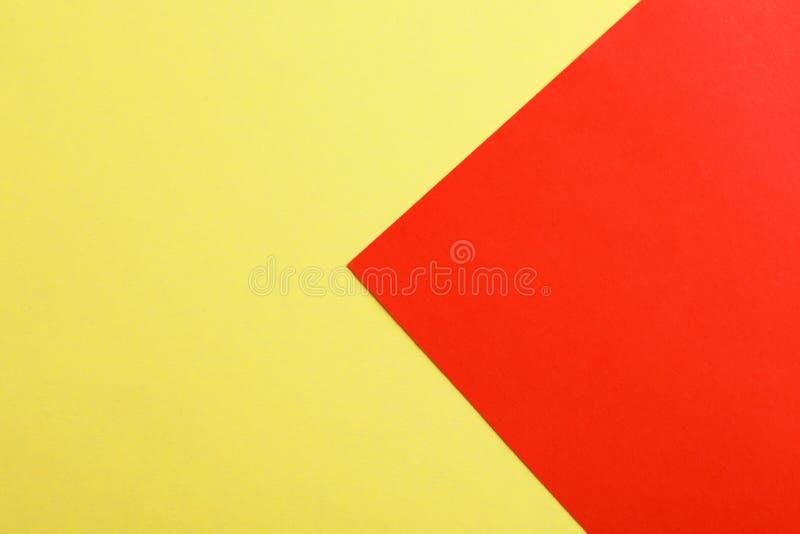 作为五颜六色的背景的黄色和红色纸板料 皇族释放例证