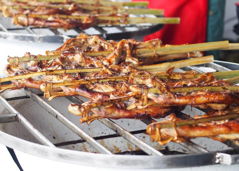 作为五颜六色的街道食物一个署名的烤鸡在街市曼谷 免版税库存图片
