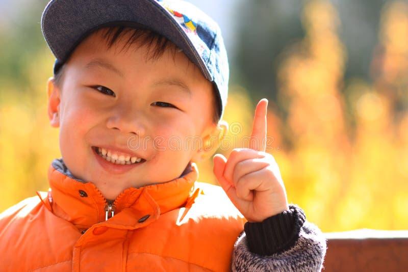 作为亚洲男孩胜利 免版税库存照片