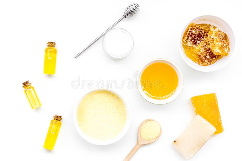 作为产品的蜂蜜身体、面孔和护发的 化妆用品用蜂蜜 白色背景顶视图 免版税库存照片