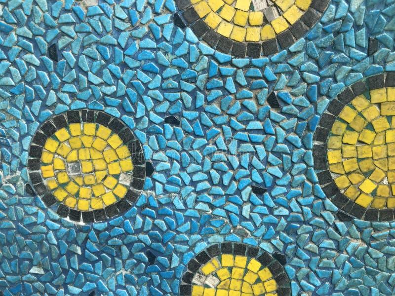 作为令人惊讶的样式被创造的方形的瓦片黄色,黑和蓝色片断 库存照片