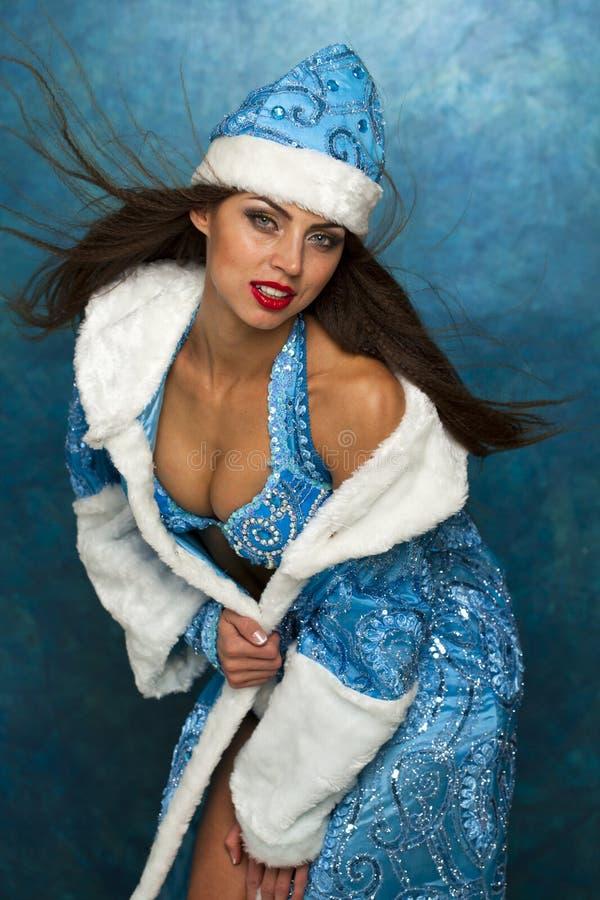 作为俄国雪未婚打扮的年轻美丽的妇女 免版税库存照片