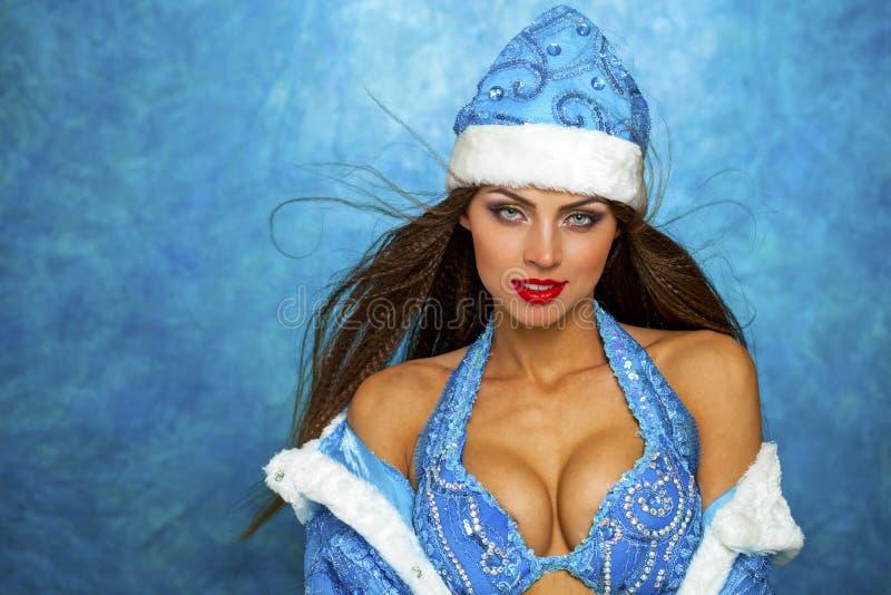 作为俄国雪未婚打扮的年轻美丽的妇女 免版税库存图片