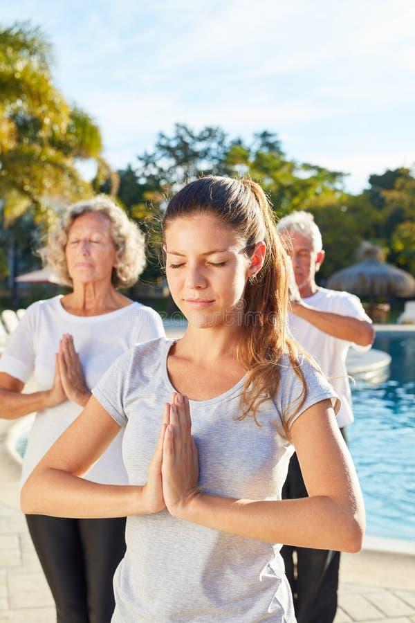 作为做与前辈的瑜伽老师的年轻女人一锻炼 免版税图库摄影