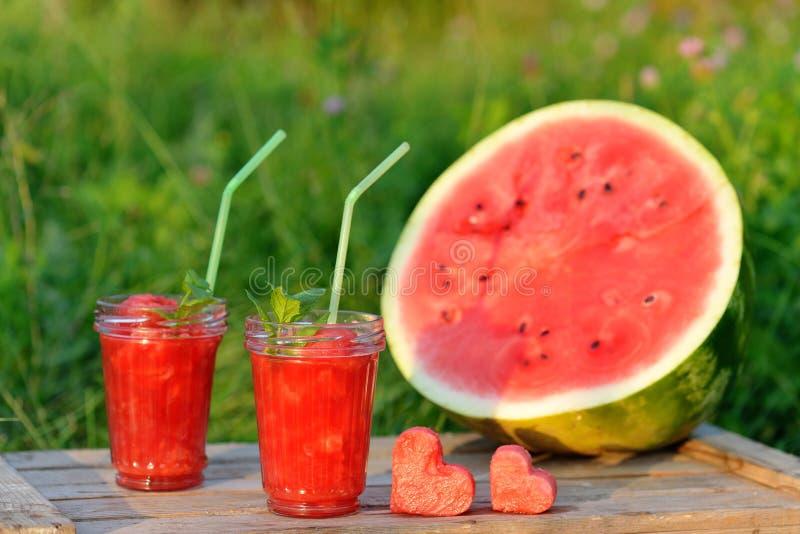 作为健康夏天饮料的西瓜红色圆滑的人 与心脏的生物有机和素食主义者饮料 免版税库存照片