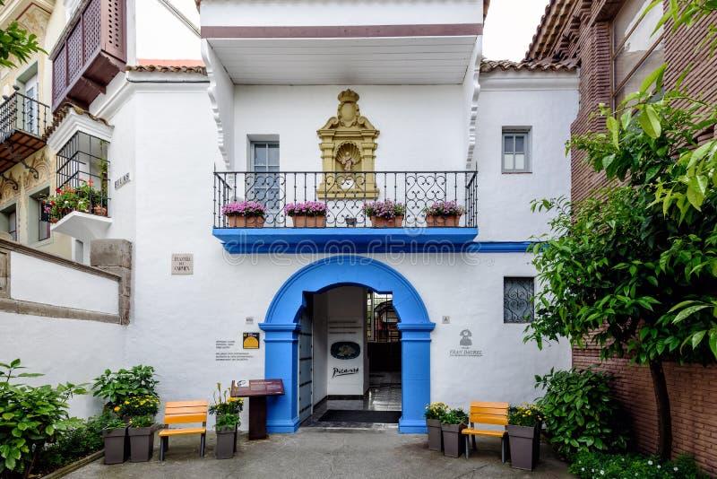 作为入口的蓝色曲拱对毕加索博物馆在传统西班牙村庄在巴塞罗那镇 免版税库存照片
