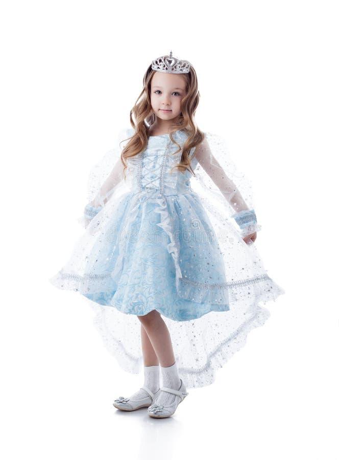 作为公主穿戴的可爱小女孩摆在 库存照片