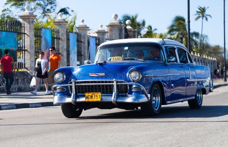 作为出租汽车的美国蓝色经典汽车在malecon的哈瓦那市 库存图片