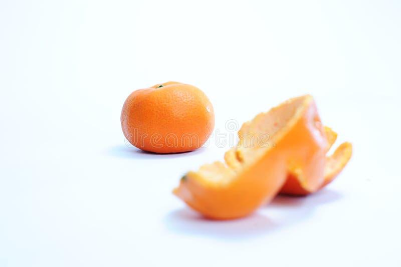 作为前景的新鲜的橙色和橙色peeles皮肤 免版税库存图片