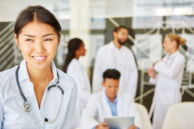 作为医生或护士的少妇 免版税库存图片