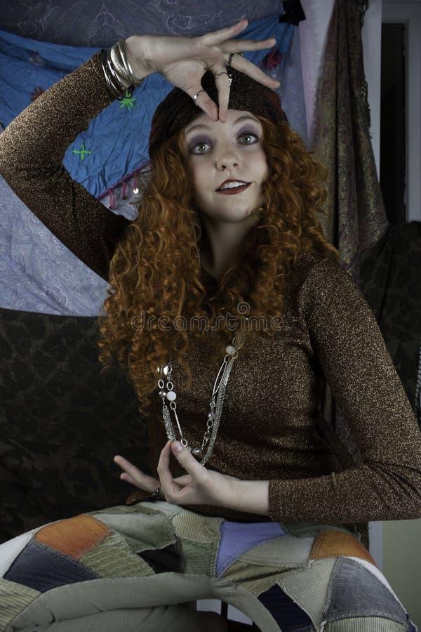 作为吉普赛人打扮的Beautifiul少妇 免版税图库摄影