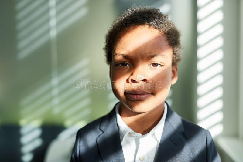 作为商人或顾问的非洲男孩 免版税库存照片