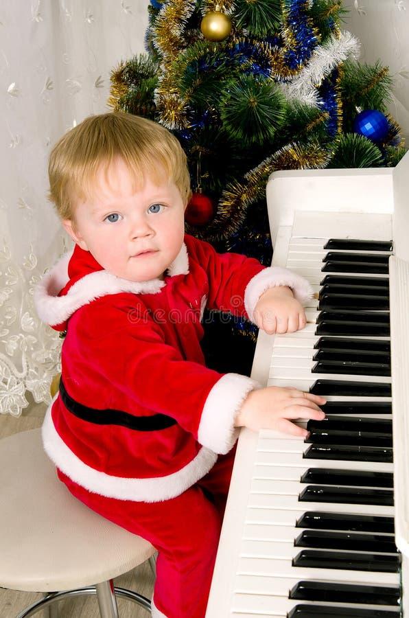 作为圣诞老人打扮的男孩 库存图片