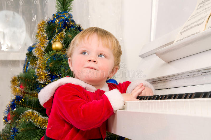 作为圣诞老人打扮的男孩 库存照片