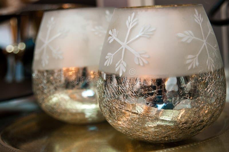 作为在家装饰的两个发光的圣诞节碗 免版税库存照片