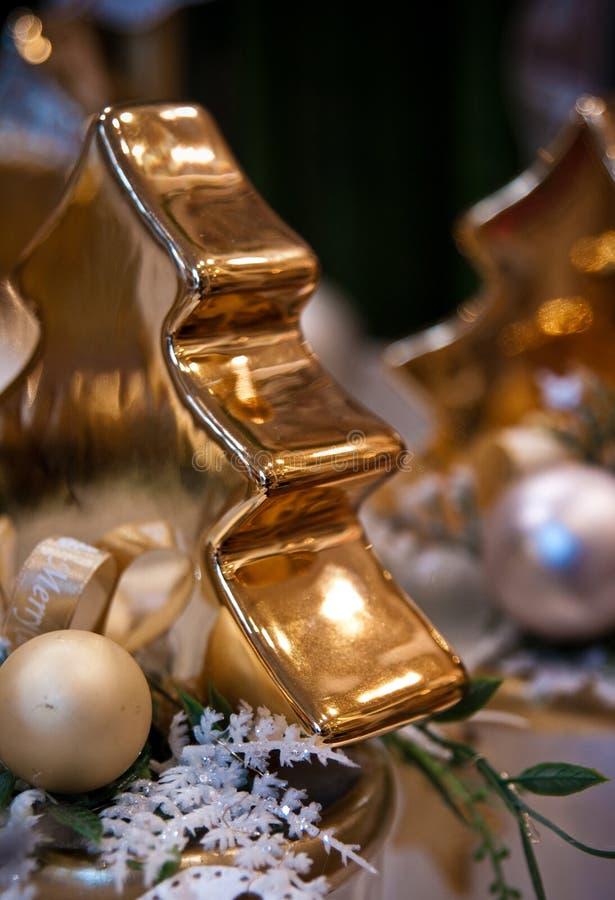 作为在家装饰的金黄圣诞树小雕象 库存照片