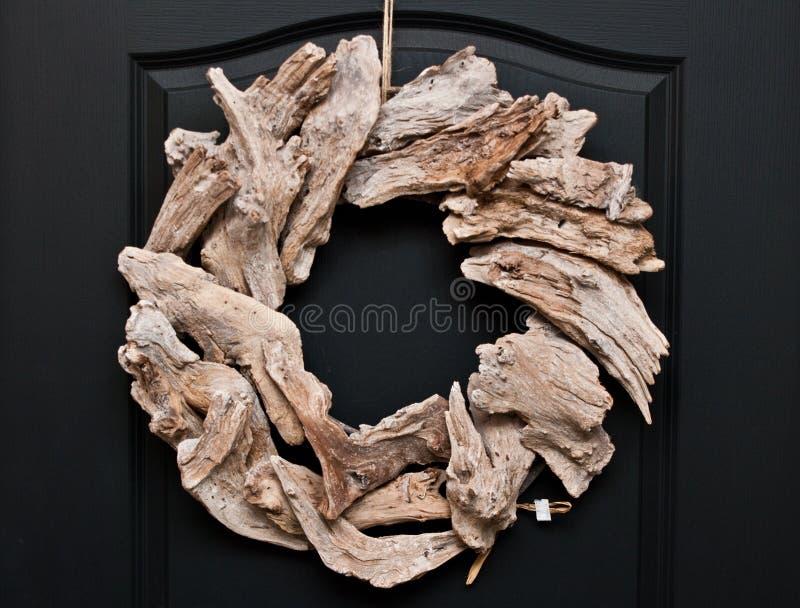 作为在家门花圈装饰的木jetsam 免版税库存图片