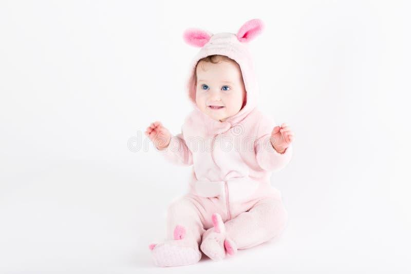 作为复活节兔子打扮的逗人喜爱的滑稽的婴孩 图库摄影