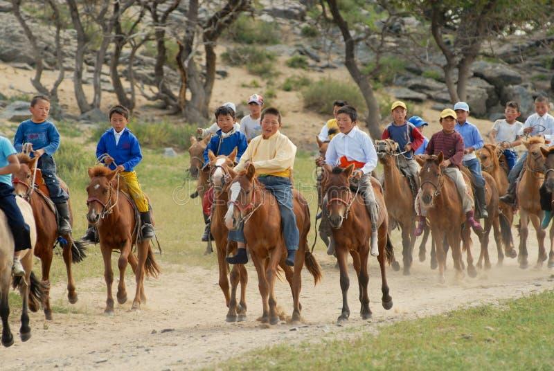 作为大约Harhorin,地方男孩在马骑术竞争中参与,蒙古的一个传统婚礼一部分 免版税图库摄影