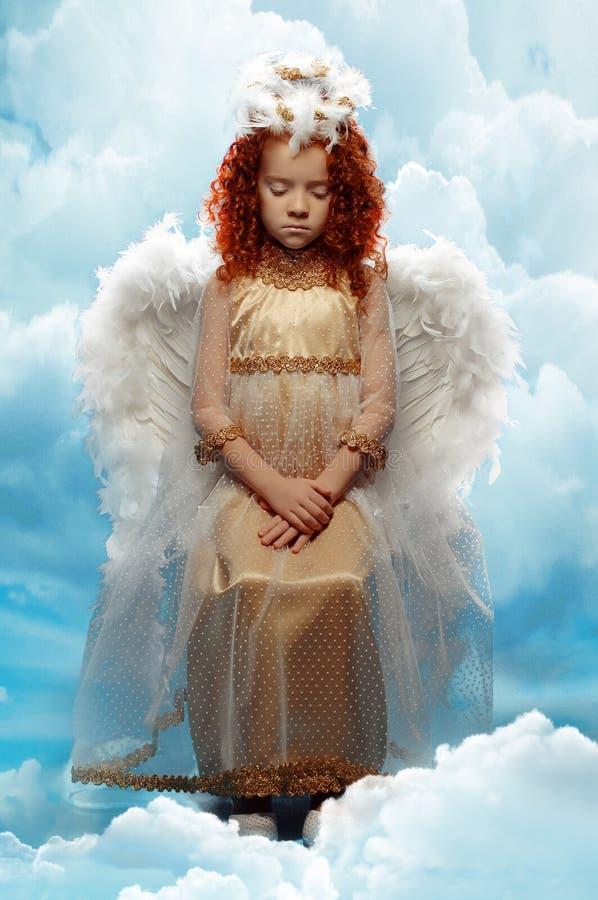 作为天使打扮的小女孩 免版税图库摄影