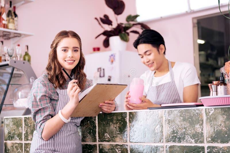 作为女服务员的美好的学生工作在学习以后 免版税库存图片