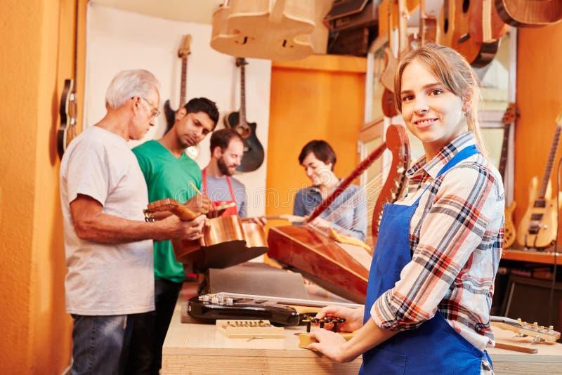 作为实习生的少妇在木匠` s车间 库存照片