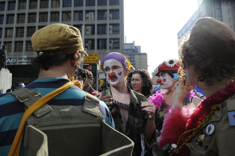 作为小丑打扮的抗议者。 库存图片