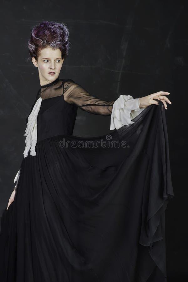 作为巫婆打扮的少妇 免版税库存图片