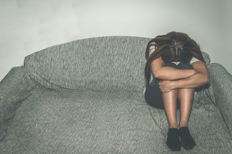 作为年轻人被虐待的沮丧和孤独的女孩单独在她的屋子里坐凄惨床的感觉和忧虑哀叹她的生活, da 库存图片
