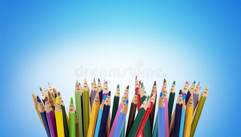 作为微笑的孩子的面孔的色的铅笔 小组愉快的孩子 友谊和通信孩子 幼儿园 库存照片