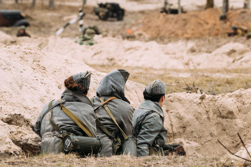 作为德国人Wehrmacht军事穿戴的未认出妇女再enactors 库存照片