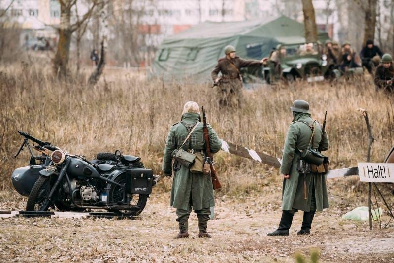作为德国步兵如此穿戴的未认出再enactors Wehrmacht 免版税库存图片