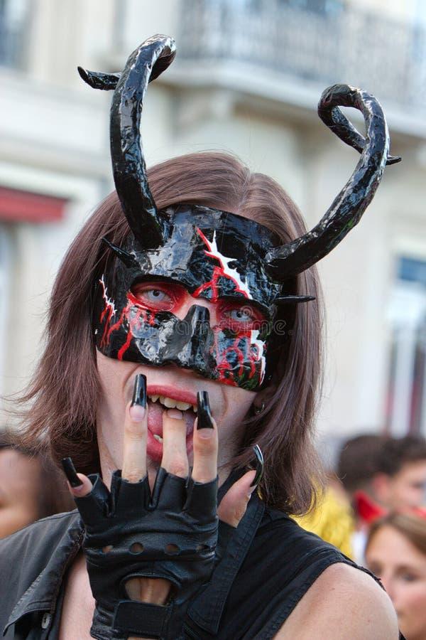 作为恶魔打扮的摆设酒宴者 库存图片