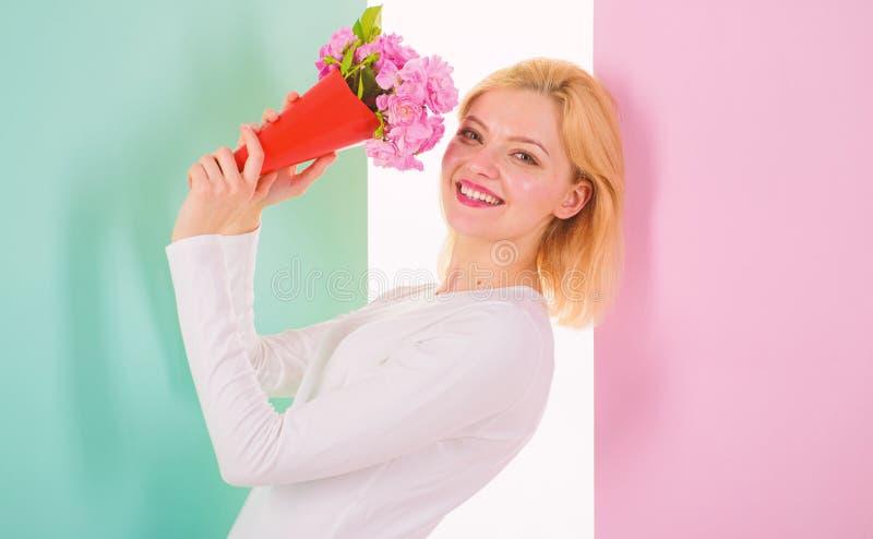 作为感到的礼物的夫人愉快的被接受的喜爱的花可爱和特别 感到很特别 拿着花束的女孩 库存照片