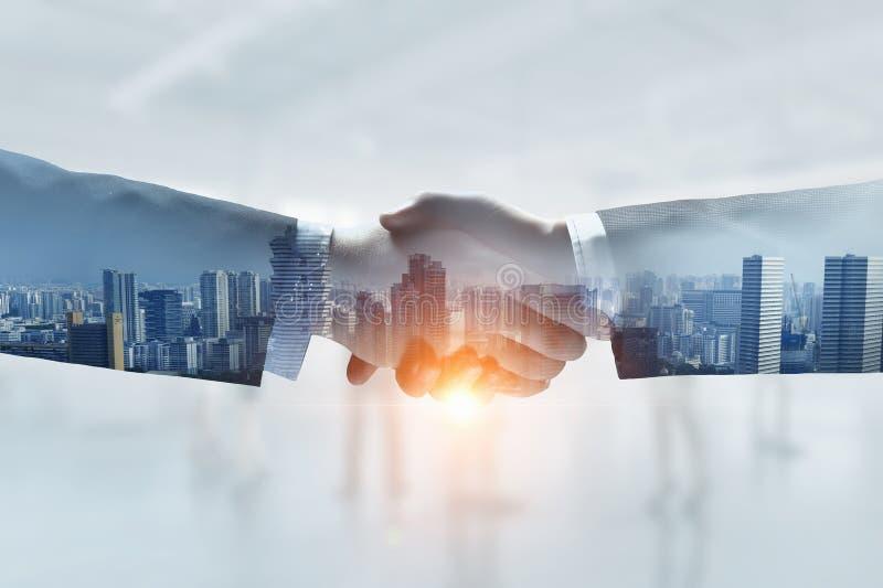 作为成交的标志的企业握手 混合画法 库存图片