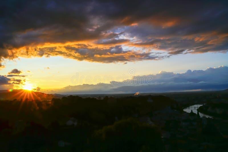 作为日落的黑暗的火红和乌云在欧洲landsc 图库摄影